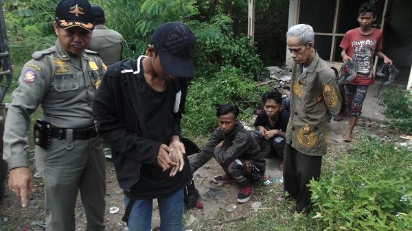 Anak Punk yang ditertibkan di Rumah Kosong belakang Kantor Pajak Kota Banjarbaru di amankan ke kantor Satpol PP