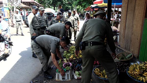 Aparat Satpol PP amankan Barang Jualan PKL Pasar Subuh Bauntung