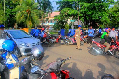 Satpol PP dan Dishub saat mengamankan jalur sekitar lapangan murjani saat upacara peringatan Haridknas berlangsung