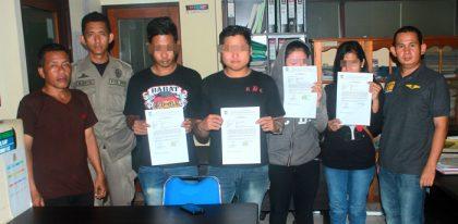 Kedua pasang kekasih didampingi oleh Kasi Opsdal Fitryadi usai diminta keterangan di kantor Satpol PP