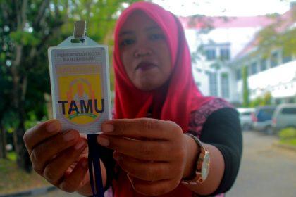 Setiap tamu yang ingin bertemu Walikota, Wakil Walikota dan pejabat di Balai Kota Pemerintah Banjarbaru wajib kenakan Kartu Identitas