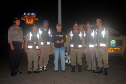 Kasatpol PP Kota Banjarbaru berphoto bersama dengan Kapolsek Banjarbaru Kota saat melakukan patroli di Lapangan DR. Murjani