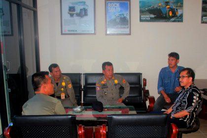 Kasi Opsdal dan Penyidik Satpol PP saat ditemui manager cabang United Equipment Indonesia cabang Banjarmasin di Banjarbaru.