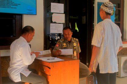 Anggota satpol PP saat melayani warga di Dinas Kependudukan dan Pencatatan Sipil Kota Banjarbaru