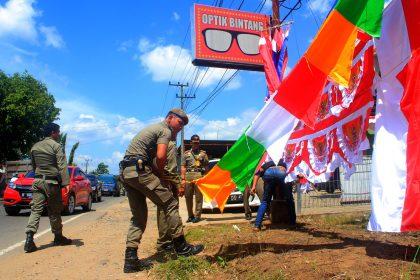Petugas Satpol PP membantu  PKL Musiman membereskan dagangannya dan diberi penjelasan agar tidak kembali berjualan ditempat - tempat yang menganggu ketertiban umum dan ketentraman masyarakat