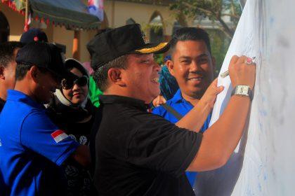 Walikota Banjarbaru H. Nadjmi Adhani saat menandatangi deklarasi pemberantasan prostitusi di Kota Banjarbaru bersama warga kecamatan Landasan Ulin