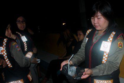 Sisa minuman Tuak diperlihatkan salah satu anggota wanita Satpol PP Kota Banjarbaru
