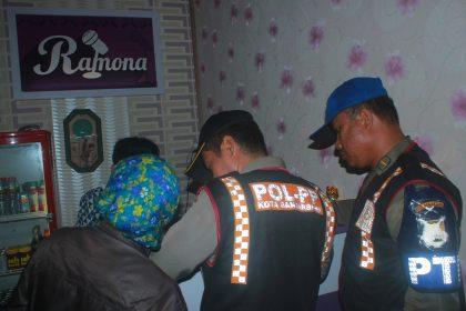 Salah satu penyidik Satpol PP memeriksa surat perijinan di Kaoreke Ramon Jalan Trikora