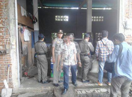 Lokasi Pabrik ditengah pemukiman warga yang dilaporkan karena mencemarkan udara sekitar