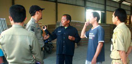 Petugas saat ditemui Kepala Gudang Nusa Borad dan pihak kemananan perusahaan Nusa Board