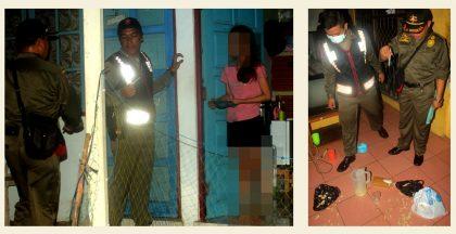 Petugas memeriksa Identitas penghuni Kos di Gang Purnama Kelurahan Komet, Sabtu ( 19/11/2016) malam.