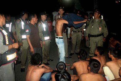 Pemeriksaan puluhan anak yang terjarin pada tengah malam