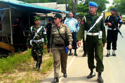 TIM yang terdiri dari Satpol PP, Linmas, TNI dan POLRES dan BRIMOB melakukan penyisiran di kawsan Jalan Trikora, Kecamatan Liang Anggang, Sabtu ( 17/12/2016 )usai mengontrol lokaliilsasi Pembatuan dan Batu Besi