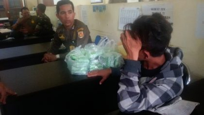 LESU - Raffie tertunduk usai ditertibkan Satpol PPKota Banjarbaru di Lamp Lampu Merah Mako Brimo