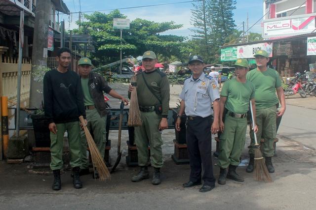 Kebersamaan anggota Linmas dan Dishubkominfo saat membersihkan Pasar Bauntung